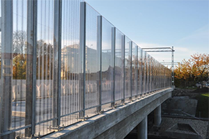 Kestävät, läpinäkyvät ja CE merkityt melusuojat silloille, maanteille ja radoille