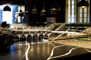 Scandic Grand Central Helsinki  on yksi Suomen suurimmista hotelleista,  jossa Silestone® Eternal Marquina tasot ovat näyttävästi esillä Brasserie Grand -ravintolassa ja Bar G:ssä