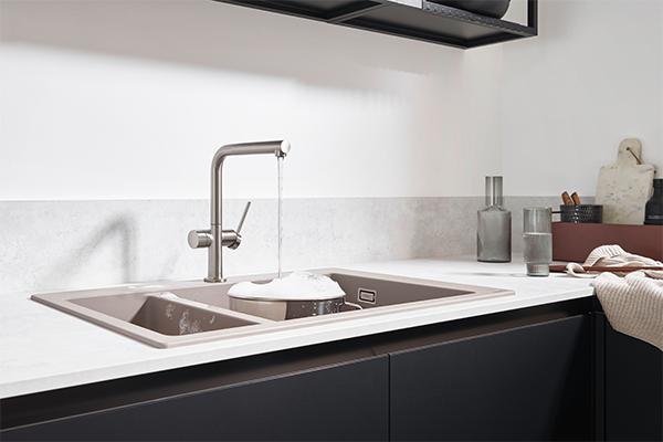 Uusi minimalistinen ja trendikäs keittiöhanamallisto Hansgrohelta